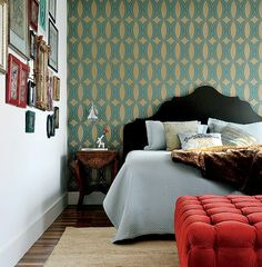 """No quarto, o papel de parede turquesa e ouro definiu a decoração. """"Vimos na estampa e nas cores a possibilidade de combinar outros materiais e texturas, deixando o quarto ousado e com um toque de sofisticação"""", afirma a arquiteta Andrea Reis"""