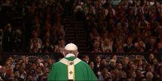 """Impresionante Eucaristía ante 20.000 personas en el Madison Square Garden . """"Dios vive en nuestras ciudades. La iglesia vive en nuestras ciudades"""", clama el Papa"""