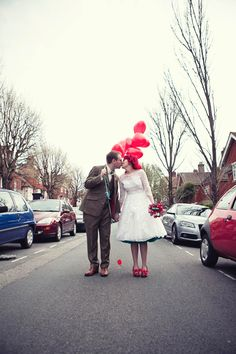 God, how easily the folks made a fabulous wedding pic with red balloons.