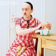 Une femme-Hitler avec des pomme de terres dans l'entrejambe.