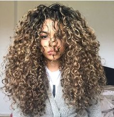 Girls with curly hair, how do you sleep? How do you sleep, what do you do with your hair at night, so that in the morning the curls do not lose shape and do not wrinkle? Curly Hair Tips, Curly Hair Styles, Natural Hair Styles, Tight Curly Hair, Coiffure Hair, Colored Curly Hair, Blonde Curls, Curly Wigs, Hair Wigs
