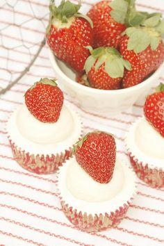 Tu medio cupcake: Strawberry Cupcakes with Mascarpone Buttercream // Cupcakes de Fresas con Buttercream de Mascarpone