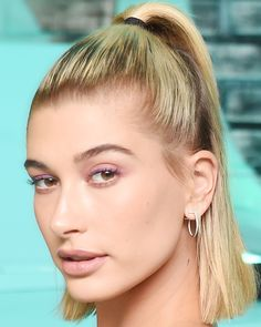 Hailey Baldwin& Half Up Half Down Tip: Add gel to the top of your hair for a wet-look result. Going Out Hairstyles, Second Day Hairstyles, Cool Hairstyles, Beauté Blonde, Brown Blonde Hair, Blonde Honey, Honey Balayage, Balayage Hair, Hailey Baldwin