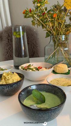 Schnelle Dips sind das, was ein Essen erst so richtig köstlich machen. Sei es beim Grillen, bei der Brotzeit oder zum Gemüse am Abend. Von leckeren Dips kann man einfach nicht genug haben. Wir verraten Dir 3 leckere Rezepte. Vegan, Serving Bowls, Tableware, Crickets, Amazing, Food And Drinks, Dinnerware, Tablewares, Dishes
