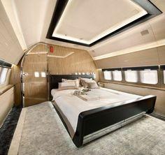 grand lit, coussins, fenetres, murs beiges, chambre à coucher , avion privé