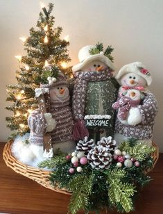 Christmas Booth, Snowman Christmas Decorations, Christmas Arrangements, Christmas Centerpieces, Christmas Snowman, Winter Christmas, Christmas Holidays, Christmas Wreaths, Christmas Ornaments