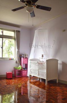 ELLE 國際中文版 - 天母 外籍人士住宅 兒童房 色彩鮮艷的兒童房,其實拍攝過程並不順利,有些平視角度看來並不優;因此有幾張採用高角度俯視,就是為了讓照片有主題、有重點。