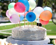 O topo do bolo também não pode ficar sem balões. Legal, né? Confira mais dicas joinhas para decorar a sua festa nos nossos painéis aqui no Pinterest. www.tudodebem.com.br