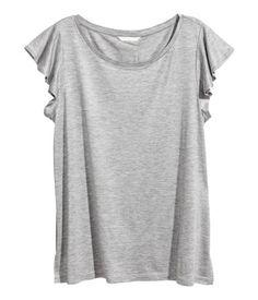 Gris jaspeado. Camiseta en punto suave de viscosa con mangas cortas con volantes.