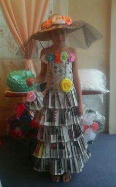 Vestido de catrina hecho con papel periódico, sombrero de cartón y flores de papel de