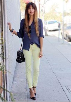 ネオンイエロー・黄色パンツと紺・ネイビーシャツと黒サンダル着こなしコーデ
