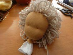 Nähanleitung Waldorfpuppen: die Haare Hair Patterns, Doll Patterns, Child Doll, Baby Dolls, Diy Cabelo, Baby Deco, Little Cotton Rabbits, Doll Home, Sewing Dolls