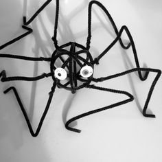 Spider sculpture - awesome halloween craft for kids these spider sculptures look brilliant and make a super scary halloween decoration | kids halloween craft | autumn crafts for kids
