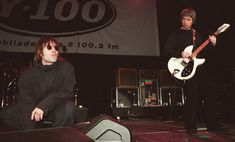 Singer Liam Gallagher and brother Noel Gallagher from Oasis on stage. Liam Gallagher Noel Gallagher, Andy Bell, Alan White, Liam And Noel, Britpop, Rare Pictures, Cool Bands, Brother, Singer