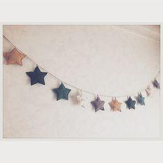 星モチーフのガーランド☆豊富なカラーから8コ選んで頂きオリジナルのガーランドをお作りさせて頂きます★紐…麻(長さ約180cm)星…直径約10cm文字入れも可能です♪*一つの星にミニアルファベットで名前やメッセージをお入れできます♡購入ご希望の方は*星の生地(コットンorリネン)&カラー*文字入れ 有無有の場合:文字と文字スタンプのお色(白or黒)