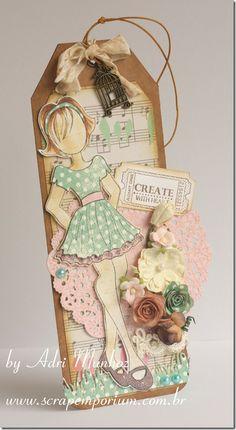 Carimbo Prima Doll Carimbo Treasure Moments Tickets da Whimsy.  Arranjo de flores Prima, Wild Orchid Crafts e feitas por mim, cortadas na Big Shot.  A Doily rosa é uma faca da Cherry Lynn. E a graminha também é uma faca: da Joy! O carimbo de tíquetes foi carimbado no tíquete. ScrapEmporium tem faca de tíquete que é perfeita para este carimbo!  A fita amassadinha (linda!) é The Pink Petal