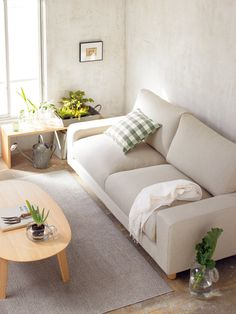 cozy living room on Muji - See the wooden bench beside the window. It can double up as a cozy bench with just some cushions :) Minimalist Living Room, Interior Furniture, Home Decor Styles, Home And Living, Cozy Living Rooms, Home Living Room, Muji Home, House Interior, Minimalist Home Decor