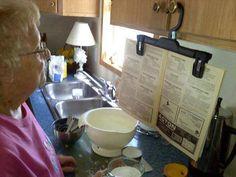 Stane sa vám, že sa kuchárska kniha počas varenia zatvorí, alebo ju nechtiac zašpiníte? Stačí použiť vešiak s klipsami. Stačí sa inšpirovať obrázkom nižšie...