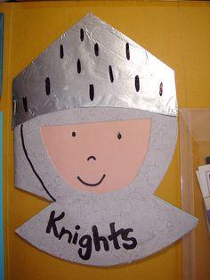 chevalier en carton et papier d'aluminium