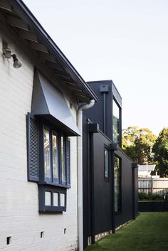 A Californian Bungalow was renovated by Architect Prineas, located in Lane Cove, a suburb on the North Shore of Sydney, NSW, Australia. Bungalow Exterior, Bungalow Renovation, Modern Farmhouse Exterior, House Paint Exterior, Modular Home Designs, Modular Homes, Bungalow Extensions, House Extensions, Bungalows