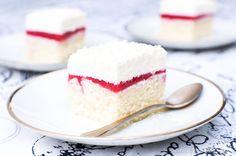 Einfaches Rezept für Himbeer-Vanille-Torte (Frau Holle Kuchen) - Fluffiger Blechkuchen mit Himbeer-Spiegel, Sahne und Schoko-Flocken. Im Sommer und Winter lecker!