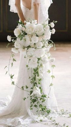Every bride at the wedding will hold a bouquet of flowers, and this bouquet of flowers is the bouquet. The bouquet carries the happiness and sweetness of the bride and groom, so the choice of… Cascading Wedding Bouquets, Cascade Bouquet, Spring Wedding Flowers, Bride Bouquets, Bridal Flowers, Floral Wedding, Greenery Bouquets, Bouquet Flowers, Wedding White