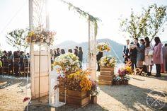 10월의 어느날에 있었던 가평 강가의집에서 웨딩입니다 빈티지웨딩컨셉 입구장식 두분의 웨딩을 알리는 스...