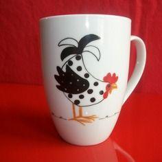 """Mug en  porcelaine décoré à la main d'une """"poule curieuse"""""""
