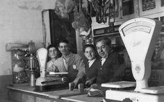 La Pasiega ha sido el más antiguo y con solera comercio de Puerta de Tierra. Este bar fue fundado en 1926 por Francisco Abascal Calderón, uno de los muchos 'chicucos' que se vino desde Santander a hacer las Américas a Cádiz. Los orígenes de este local se remontan a 1877, incluso ya existía años antes de que se construyera la parroquia de San José. Cádiz