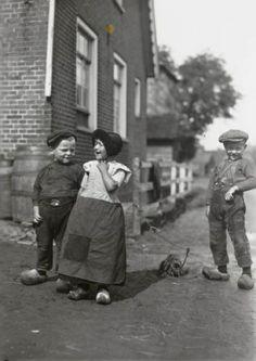 Kinderen in streekdracht uit Spakenburg. Goede moeder zorgde er voor dat haar kinderen er schoon bij liepen en dat hun kleren heel waren. Deed ze dat niet dan ging ze over de tong. De sociale controle was groot. Met eindeloos geduld werden er nieuwe lappen in en op de kleding gezet. De reparaties waren duidelijk zichtbaar, maar daar stoorde niemand zich aan. Iedereen liep er door de week zo bij. De nieuwere kleding, indien aanwezig, was opknapgoed of voor de zondag.  1934 #Utrecht…