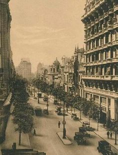 Avenida Callao en 1910. Fuente AGN. Vintage Architecture, Art And Architecture, Old Buildings, Black And White Pictures, Belle Epoque, South America, Paris Skyline, Past, Scenery