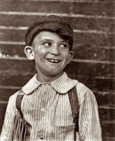 """""""Livers,"""" a young newsie. St. Louis, Missouri. May 1910 Vintage Children Photos, Vintage Pictures, Vintage Images, Vintage Kids, Vintage Black, Shorpy Historical Photos, Lewis Hine, Photo Vintage, Le Far West"""