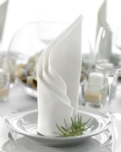 Folding Napkins: Instructions for rotated fans Servietten Wedding Napkin Folding, Cloth Napkin Folding, Wedding Napkins, Wedding Table, Table Etiquette, Catering, Diy And Crafts, Shapes, Table Decorations