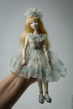 Купить или заказать Шарнирная фарфоровая кукла 'Нежный возраст', девочка в голубом в интернет-магазине на Ярмарке Мастеров. Шарнирная фарфоровая кукла, рост 28см. 18 шарнирных соединений, расписана подглазурными красками, которые обжигаются при температуре 980 гр. Съёмный парик из натуральных трессов. Одежда из натурального шелка, балетки из кожи, обтянутой шелком. Шелковые цветы ручной работы. Фарфор париан. Кукла продается вместе с подставкой.…