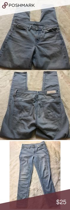 """Calvin Klein Ankle Skinny Jeans Size 6 In great preworn condition size 6. Light blue wash. 26"""" inseam. Sorry no trades! #1075 Calvin Klein Jeans Ankle & Cropped"""
