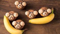 Mit diesem Backrezept für Monkey-Muffins schaukeln wir uns im Handumdrehen in wilde Dschungelabenteuer hinein.