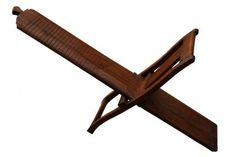 Chaise à Nouilles : ce meuble de métier est un objet d'art populaire indien utilisé jadis dans les campagnes. Assis sur cette chaise à nouilles, à la croisée des deux montants en bois, le cuisinier fait glisser sa pâte le long des rainures prévues à cet effet : les nouilles tombent alors sur les côtés. Origine : Inde (Gujarat). Dimensions : H142 (gde longueur) - L28 (grande largeur) www.narreo.fr