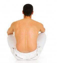 Fait mal le muscle sur le dos à droite sous lomoplate