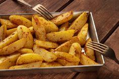 Tepsis, fűszeres sült krumpli: így készítsd el, hogy jó ropogós legyen - Recept | Femina Sweet Potato, Potatoes, Vegetables, Tableware, Kitchen, Food, Dinnerware, Cooking, Potato