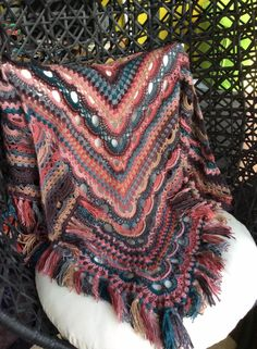 Russische sjaal met 6 bollen fenna (nr 86383) Crochet Shawl, Crochet Top, Hooded Scarf, Scarf Hat, Beautiful Crochet, Crochet Patterns, Beautiful Women, Plus Size, Knitting