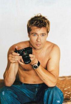 Brad Pitt with a Leica. Brad Pitt And Angelina Jolie, Jolie Pitt, Young Brad Pitt, Oklahoma, Cabelo Do Brad Pitt, Brad Pitt Hair, Jennifer Aniston, Junger Brad Pitt, Brat Pitt