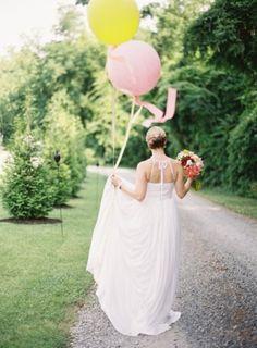Patikada çiçek ve balonlu fotoğraf, düğün fotoğrafı, gelin
