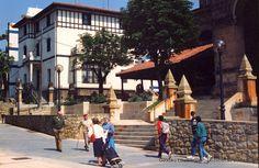 Escalinatas de la fachada de la Iglesia San Nicolás, en Avenida Basagoiti, 1989 (Colección Daniel Zubimendi) (ref. Z00616)