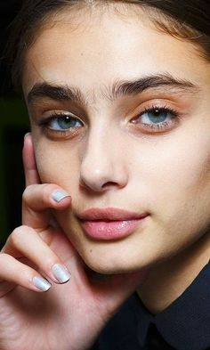 Here's how to get Taylor Hill style eyebrows in no time. These tips are coming straight from the pros at Anastasia Beverly Hills. It's time to get those eyebrows into shape and those arches full and on lock