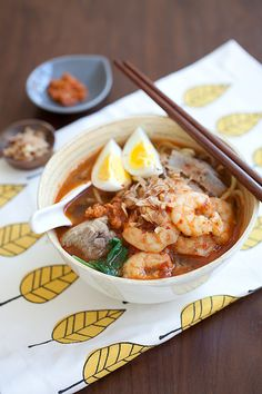 The best Penang Hokkien Mee recipe and as close as you get in Penang. Make a pot full of prawn noodle soup with this authentic and delicious recipe! Prawn Noodle Recipes, Soup Recipes, Cooking Recipes, Noodle Soups, Malaysian Cuisine, Malaysian Food, Malaysian Recipes, Easy Delicious Recipes, Yummy Food