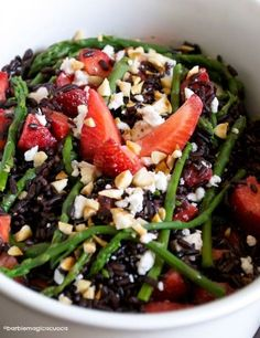Insalata di riso venere con asparagi selvatici, fragole, feta e mandorle Veggie Recipes, Appetizer Recipes, Salad Recipes, Great Recipes, Vegetarian Recipes, Healthy Recipes, Happy Foods, Slow Food, Menu