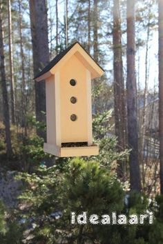 IdeaLaari - lintulauta uusiomateriaalista. Ilmainen ohje #birdfeedingstation #freeplans My Building, Birdhouses, Woodworking, Outdoor Decor, Projects, Diy, Home Decor, Log Projects, Blue Prints