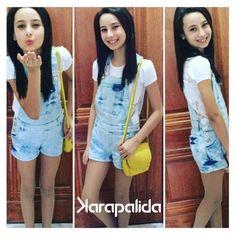 A blogger Manoela Antelo arrasou com um look karapalida. A jardineira jeans está super em alta, aposte você também!  #karapalida #denim #jardineira #elausa