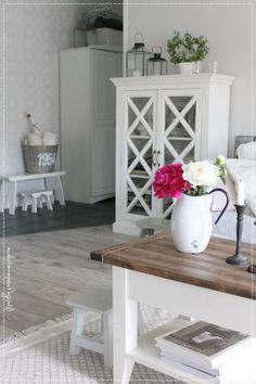 kesäkoti, maalaisromanttinen sisustus, romanttinen koti, vaalea koti, olohuoneen sisustus, Cottage Design, Finland Country, Entryway Tables, Sweet Home, Interior Design, House Styles, Desks, Decorating, Furniture