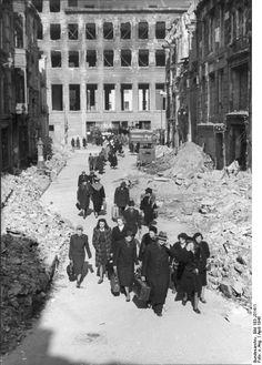Berlin 1945 Nach dem Alarm verlassen die Berliner den Bunker in der Neuen Reichsbank. 9.4.45